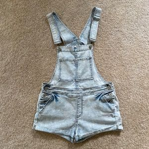 Kendall & Kylie light wash overall shorts M